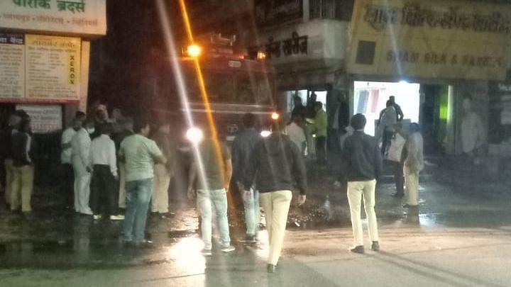 एम जी रोडवरील शाम सिल्क दुकानास आग