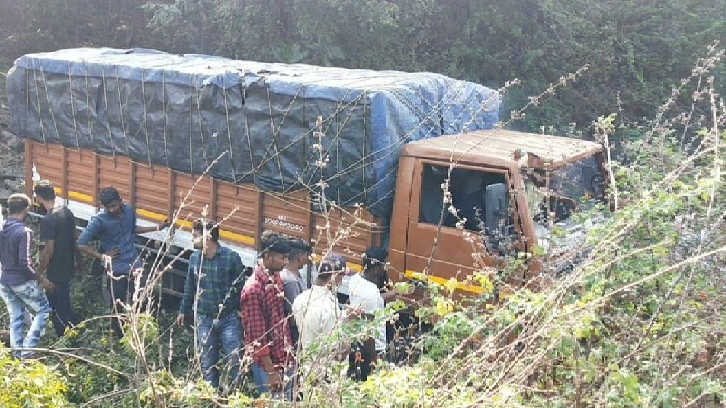 महामार्गालगत 70 ते 80 फूट खोल कोसळला आयशर ट्रक