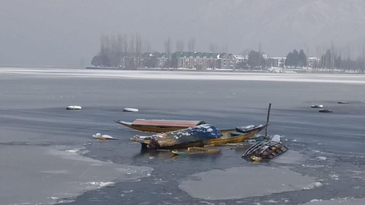 जम्मू काश्मीरमधील 'दल सरोवर' गोठलं, पाहा फोटो