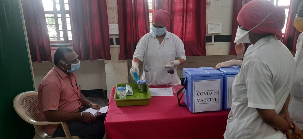 Video : जिल्हा रुग्णालयात लसीकरणाला सुरुवात; सफाई कर्मचाऱ्यास दिला पहिला डोस
