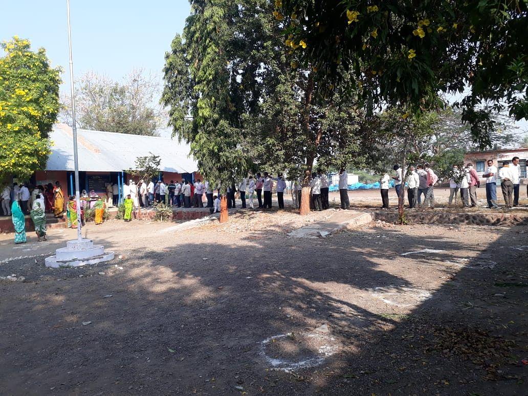 लखमापूर : साडेदहाला सुरु झाले मतदान; एकाच वार्डात बदलले तीन यंत्र
