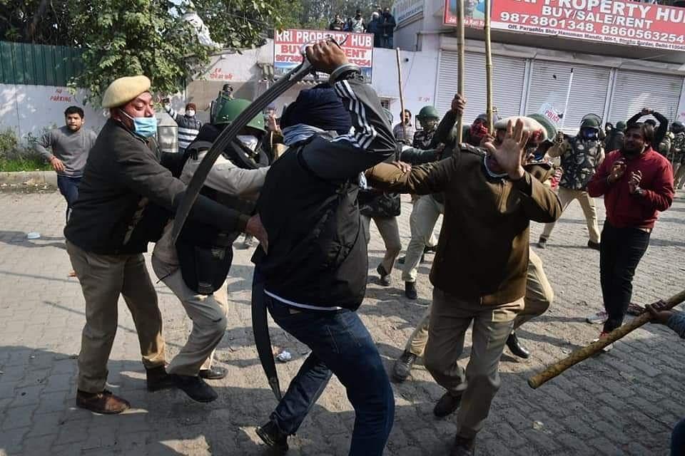 शेतकरी आंदोलन : सिंधू बॉर्डरवर तणाव, पोलिसांचा लाठीचार्ज