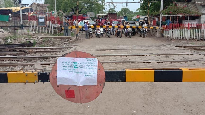 नांदगाव : रेल्वे फाटक बंद असल्याने नागरिकांना करावा लागतो जीवघेणा प्रवास