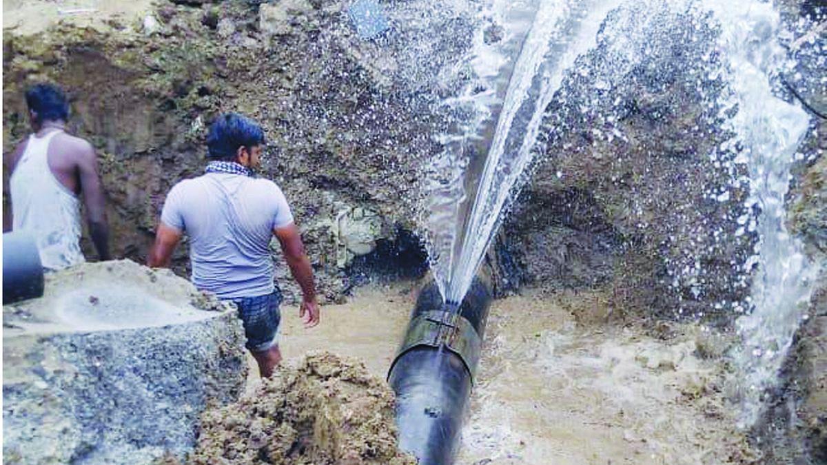 पाईपलाइन फुटल्याने पाणी पुरवठा विस्कळीत