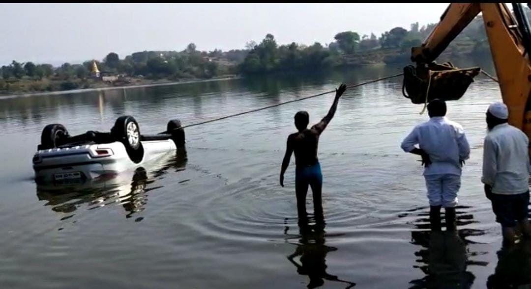पिंपळगाव खांड धरणात पर्यटकांच्या गाडीला जलसमाधी; एकाचा मृत्यू