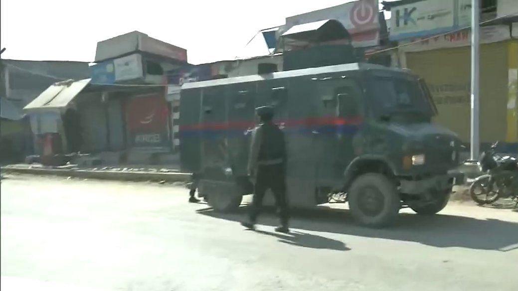दहशतवाद्यांचा पोलिसांवर बेछूट गोळीबार
