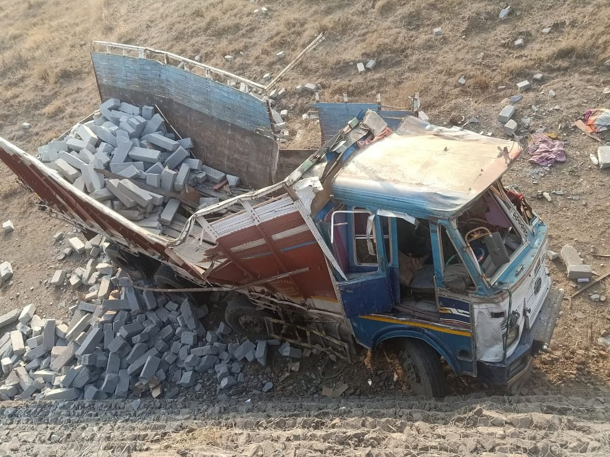 सिमेंट पोलचा ट्रक मोहदरी घाटात कोसळला