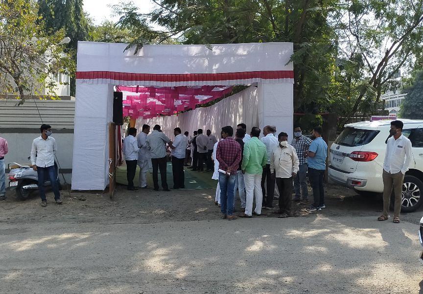 जिल्हा बँक : कार्यकर्त्यांची गर्दी अन् उत्साह