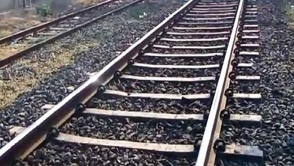 रेल्वे रुळावर झोपून रेल्वेखाली तरुणाची आत्महत्या