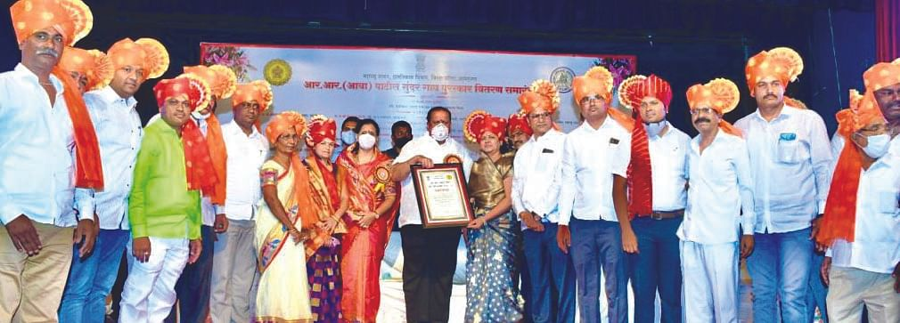 वडाळा बहिरोबा ग्रामपंचायतीला 'स्मार्ट ग्राम'चा पुरस्कार प्रदान