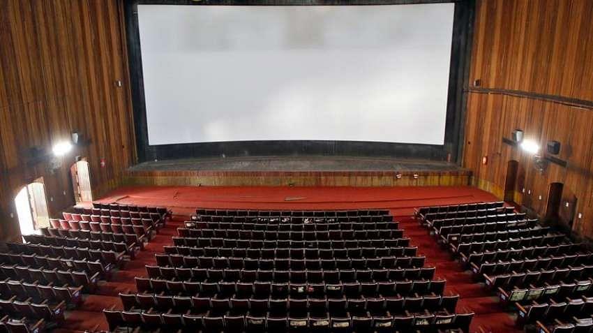 चित्रपटगृहाला परवानगी द्या, अथवा कायमस्वरुपी परवाना रद्द करा