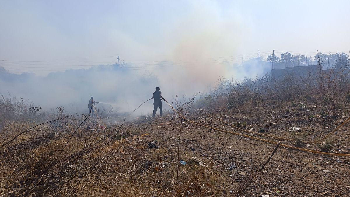 कोविंड सेंटर परिसरात आगीचा वणवा
