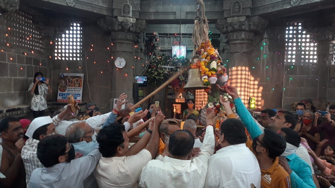 श्री मोहिनीराज यात्रा उत्सवा निमित्त काल्याची दहीहंडी फोडुन उत्सव साजरा