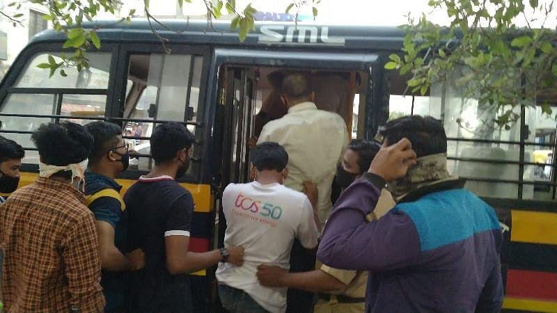 नगर : आंदोलनकर्ते विद्यार्थी पोलीसांच्या ताब्यात