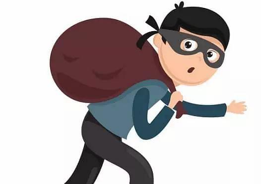 जेव्हा चोरटा म्हणतो, आधी हात सॅनिटाईज करा मगच बदडा