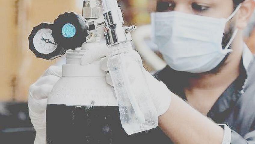 रुग्णालयांच्या ऑक्सिजन पुरवठ्यासाठी उद्योगांचे  सिलेंडर जमा
