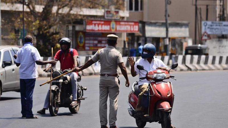 सुप्यात विनाकारण फिरणार्यांवर पोलिसांची कारवाई