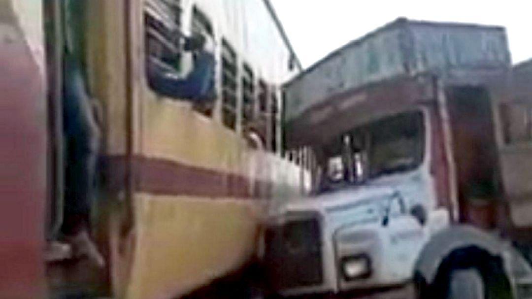 हावडा एक्सप्रेसवर ट्रक धडकला ; प्रवासी जखमी