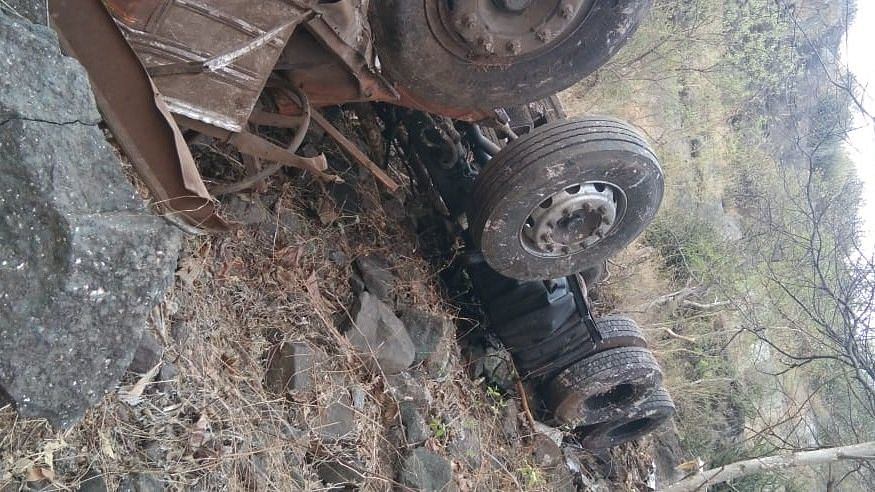 कन्नड घाटात ट्रक कोसळून चालकांचा मृत्यू