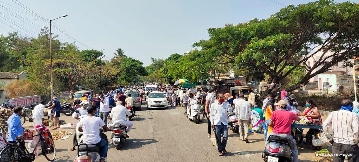 Photo : नगर शहरात भाजी घेण्यासाठी गर्दी