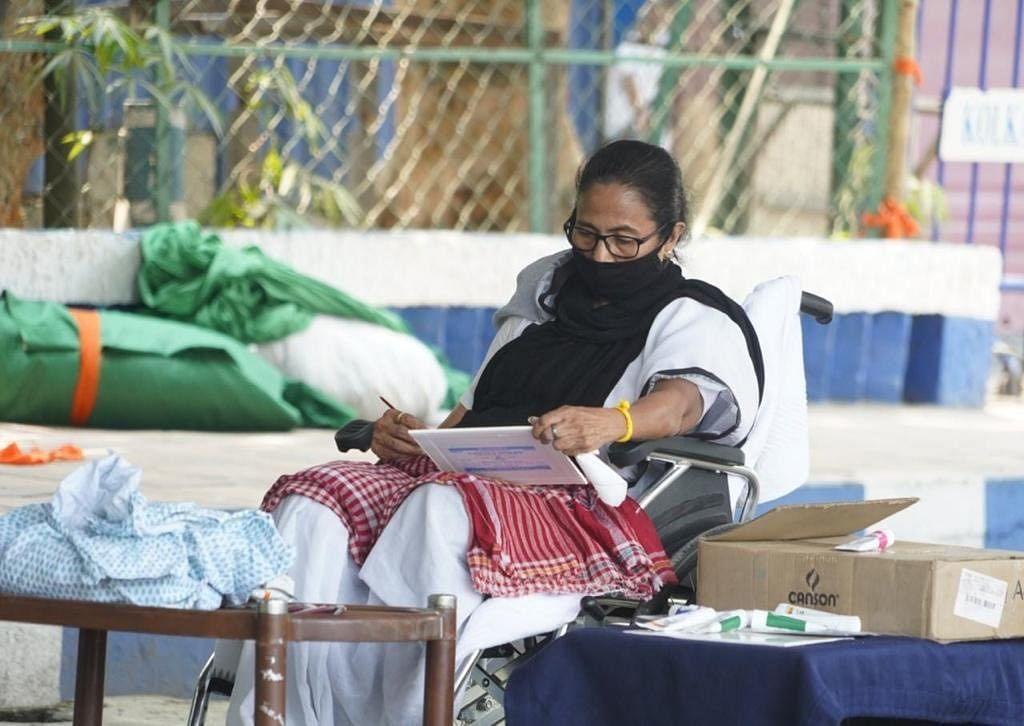 West Bengal Election 2021 : ममता बॅनर्जींचे निवडणूक आयोगाविरोधात धरणे आंदोलन