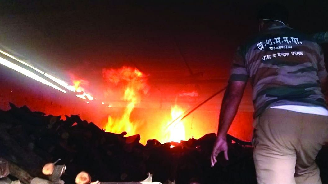 एमआयडीसी पोलिस ठाण्यासमोरील गोडावूनला आग