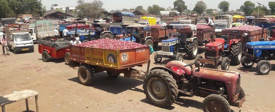 विंचूरला 2 हजार वाहनांमधून कांदा विक्रीला