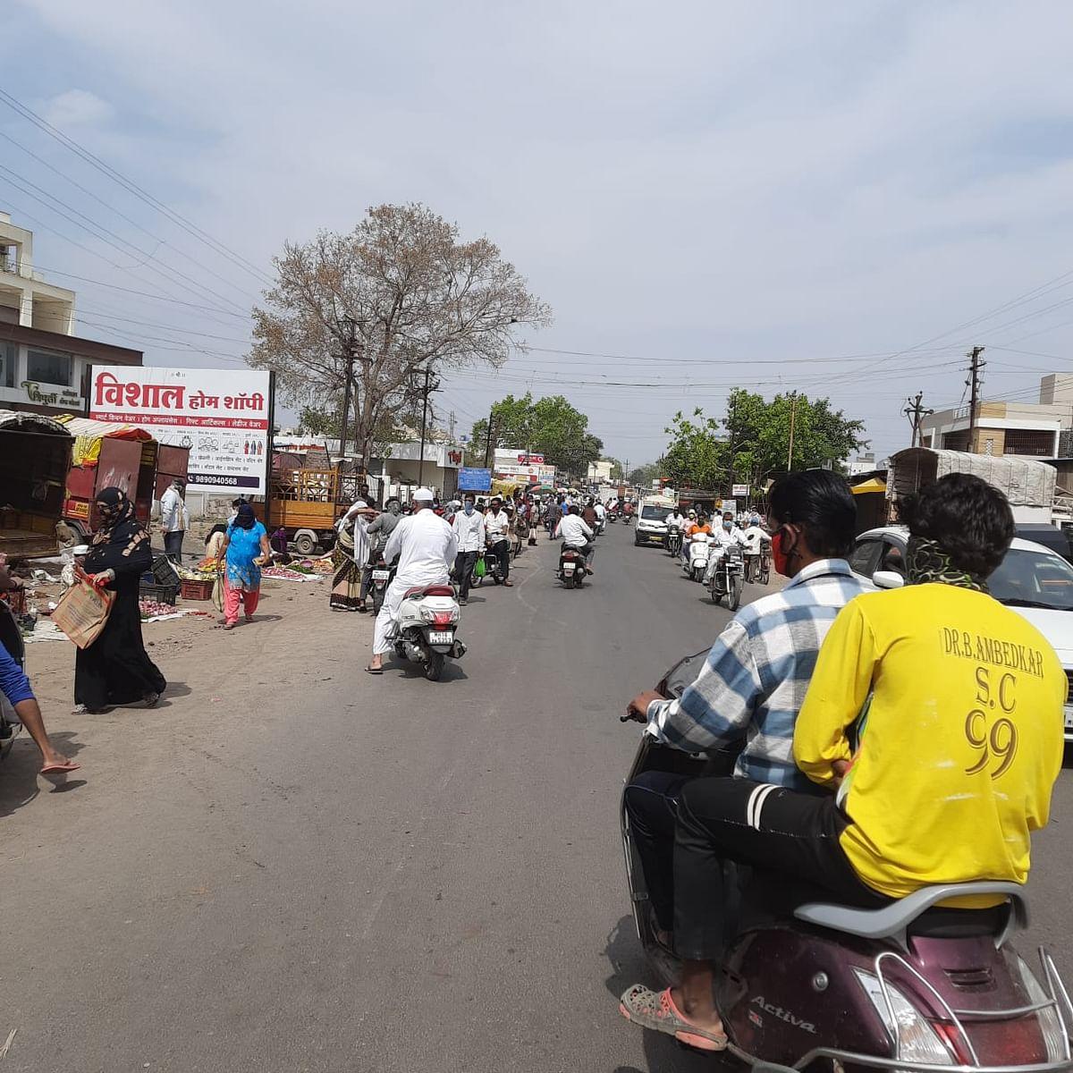 Video - चार तासांची खरेदी साधण्यासाठी नागरिकांची बाजारात गर्दी