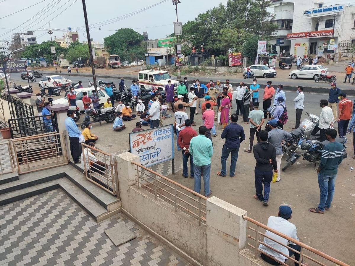 'रेमडेसिवीर' साठी केडगावमध्ये नागरिक रस्त्यावर