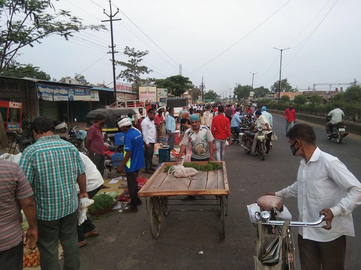 श्रीरामपूर : बाजार समितीच्या बाहेर पहाटे गर्दीच गर्दी