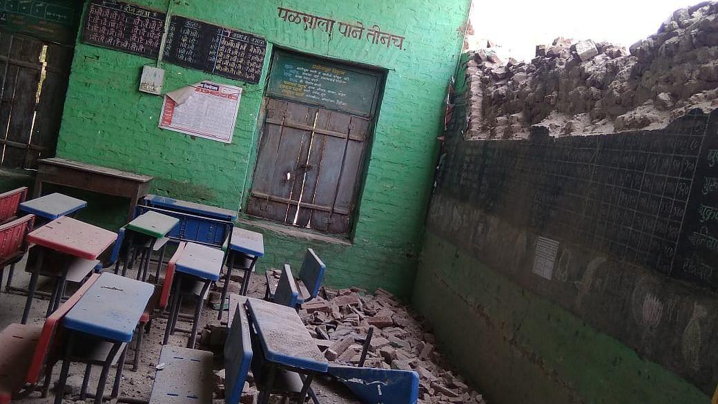 बेलव्हाळ जिल्हा परिषद मराठी शाळेची भिंत कोसळली