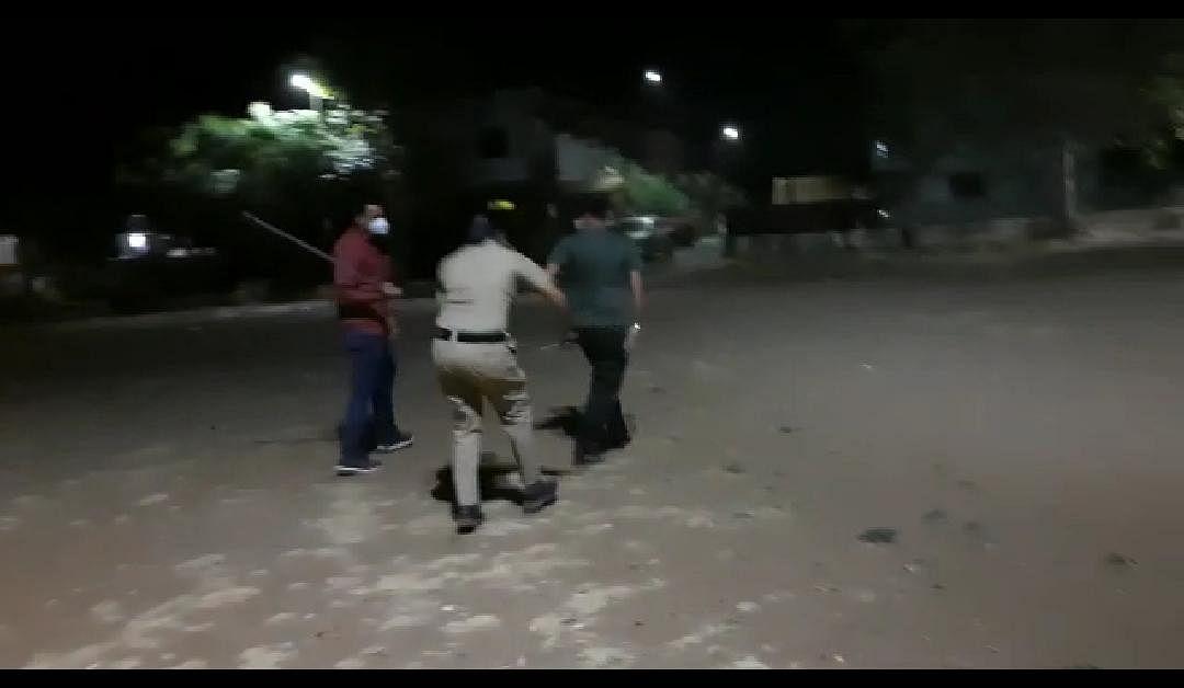 लेडी सिंघमकडून टवाळखोरांना लाठीचा प्रसाद