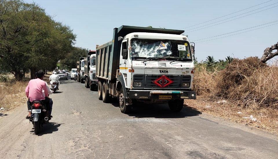 रस्त्याच्या कामावरील पाच गाड्या फोडल्या