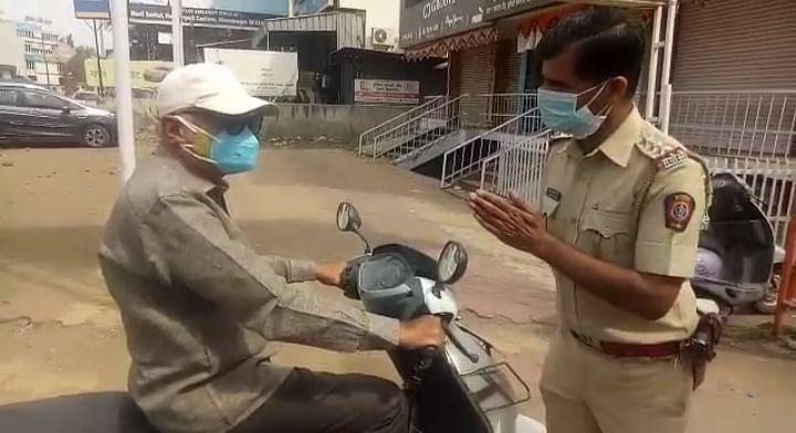 अहमदनगर  : संचारबंदीत फिरणार्यांसमोर  पोलिसांनी जोडले हात