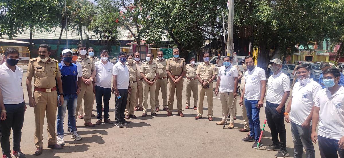 पोलीस अधिकाऱ्यांची परवानगी घेऊनच  दंडुक्याच्या प्रसाद द्यावा