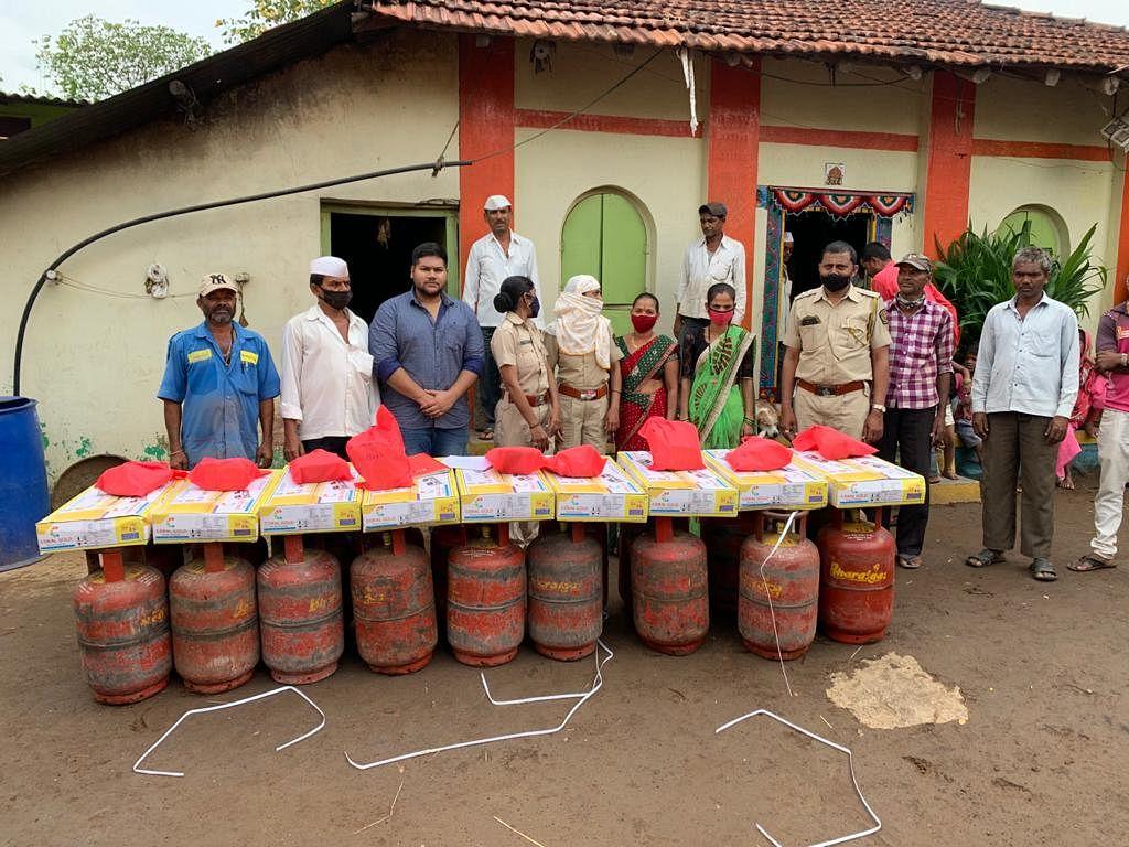 इगतपुरी : आदिवासी कुटुंबाना घरगुती गॅसचे वाटप