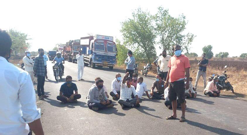 सार्वजनिक रस्ता बंद केल्याने संतप्त रहिवाशांचा रास्तारोको