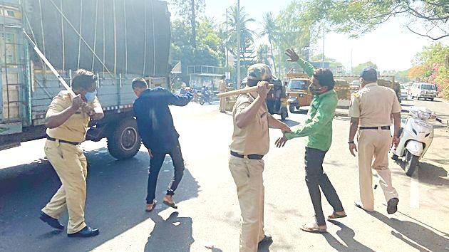 पोलिसांकडून टवाळखोरांना दंडूक्याचा प्रसाद