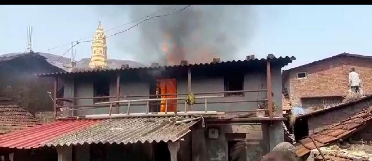 बलायदुरी येथे घराला लागलेल्या आगीत लाखोचे नुकसान