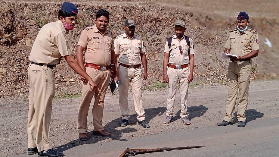 शिकाऱ्यांचा पोलिसांवर गोळीबार