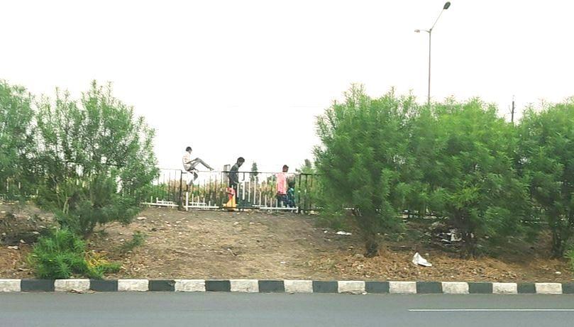 उड्डाण पुल ओलांडताना अपघाताचा धोका