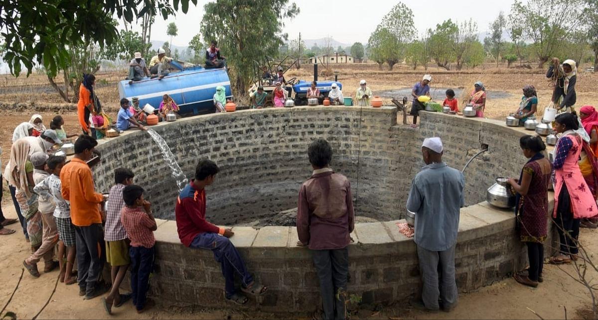 विनायकनगर ग्रामस्थ स्वखर्चाने करताय टँकरने पाणी पुरवठा