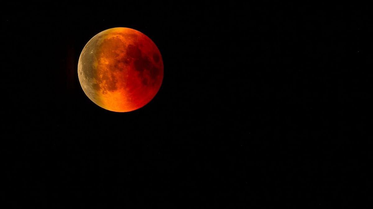 उद्या दिसणार रक्तवर्णी महाचंद्र!