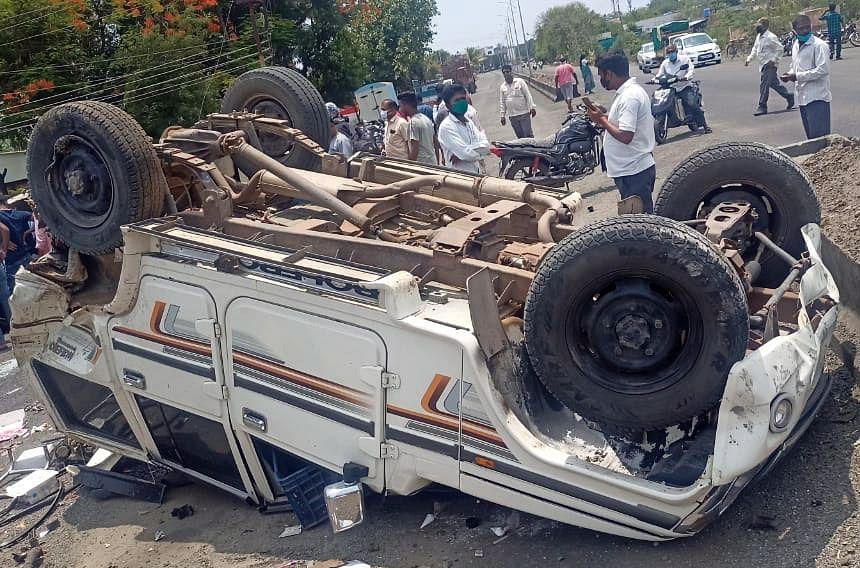 लोणीजवळ बोलेरो आणि कारचा भीषण अपघात; चार जण जखमी