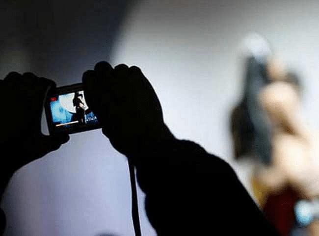 महिलेचा अश्लिल फोटो व्हायरल करणार्या तरूणाला डॉक्टरचा पाठीशी घालण्याचा प्रयत्न