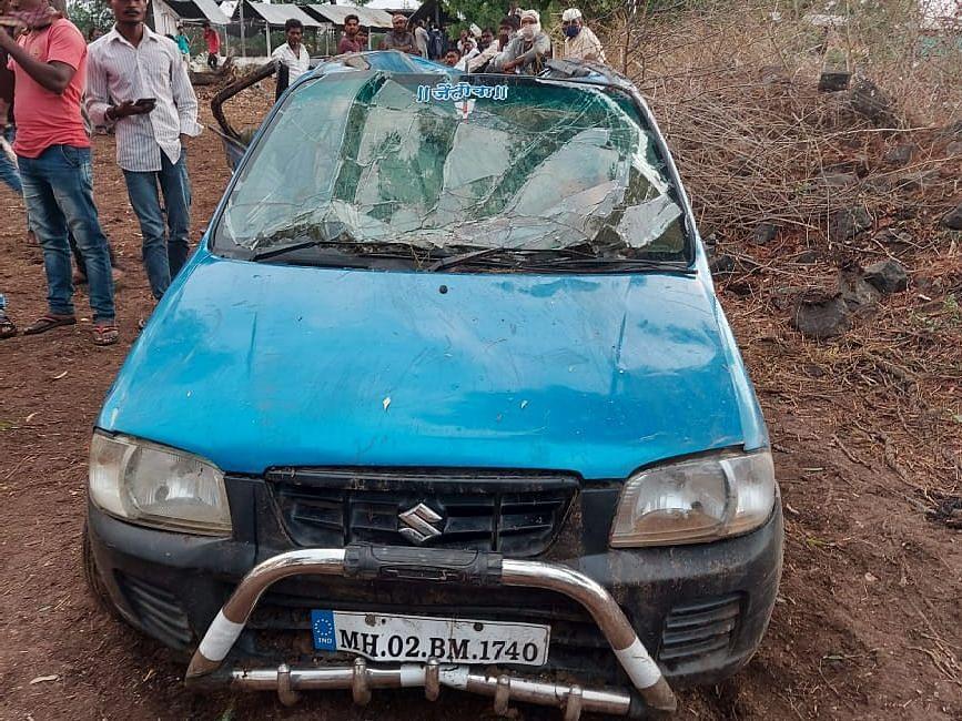 रस्त्यालगतच्या विहिरीत कार पडल्याने एकाच कुटुंबातील चौघांचा मृत्यू