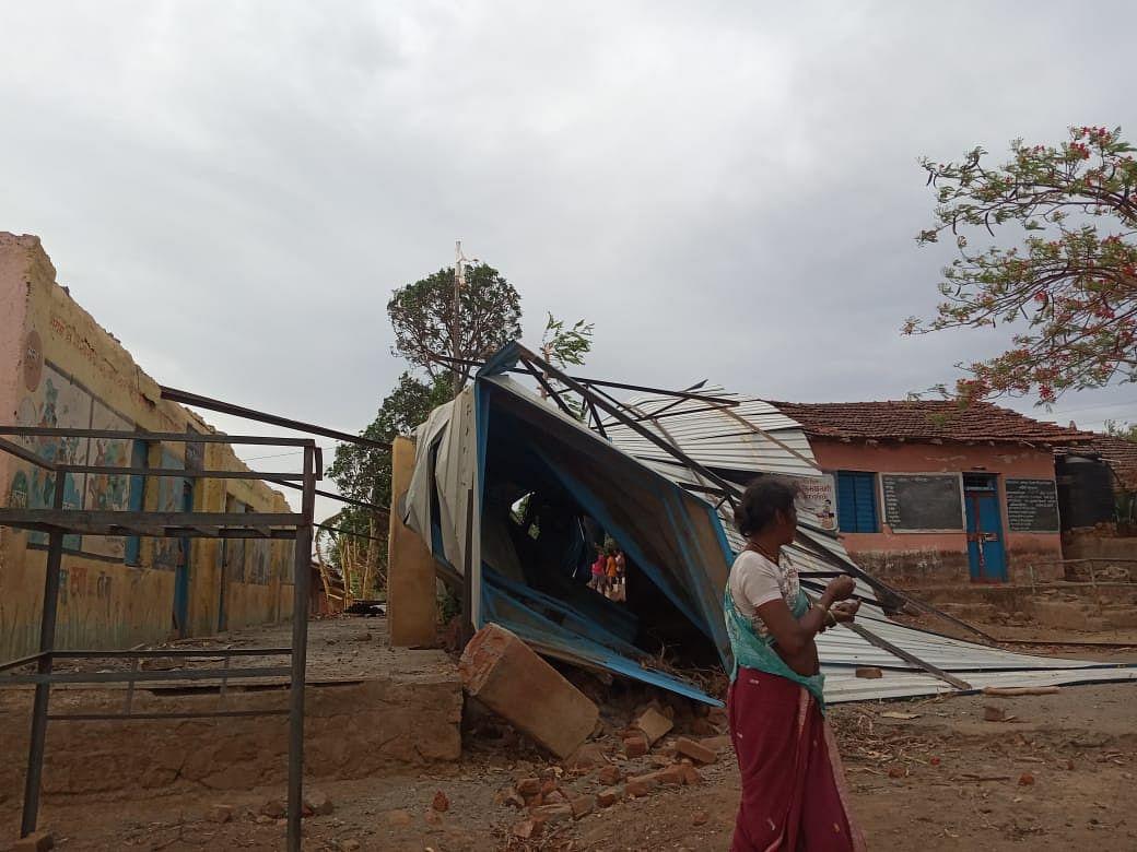 सुरगाणा : सांबरखल येथील जिल्हा परिषद शाळेचे पत्रे उडाले