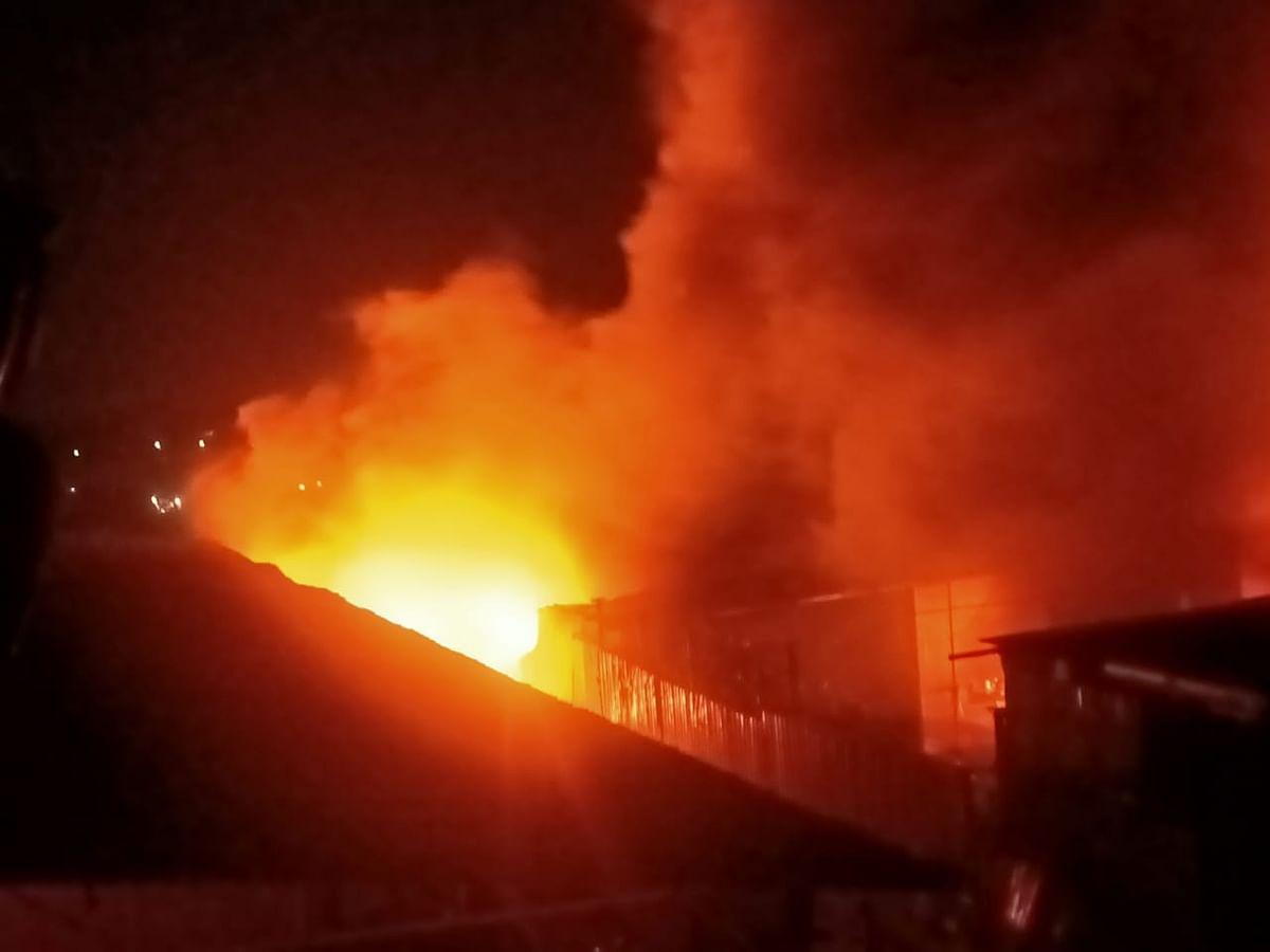 वडाळा गावालगतच्या भंगार गोदामांना भीषण आग