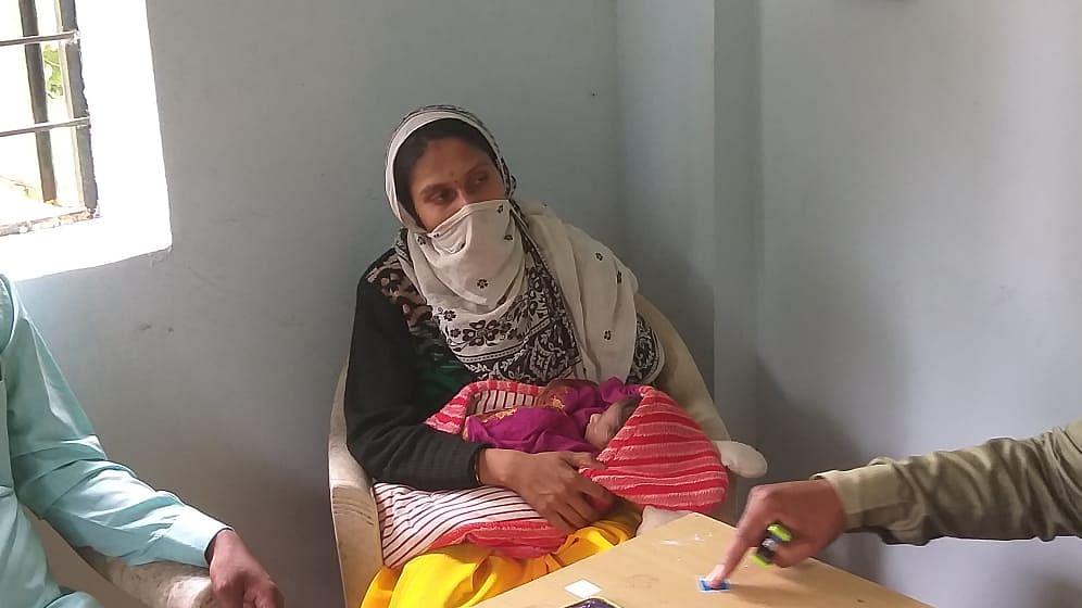 कर्तव्यदक्ष सरपंच आईच्या कुशीतून ९ दिवसाच्या मुलीने पाहिला गावकीचा गाव कारभार!