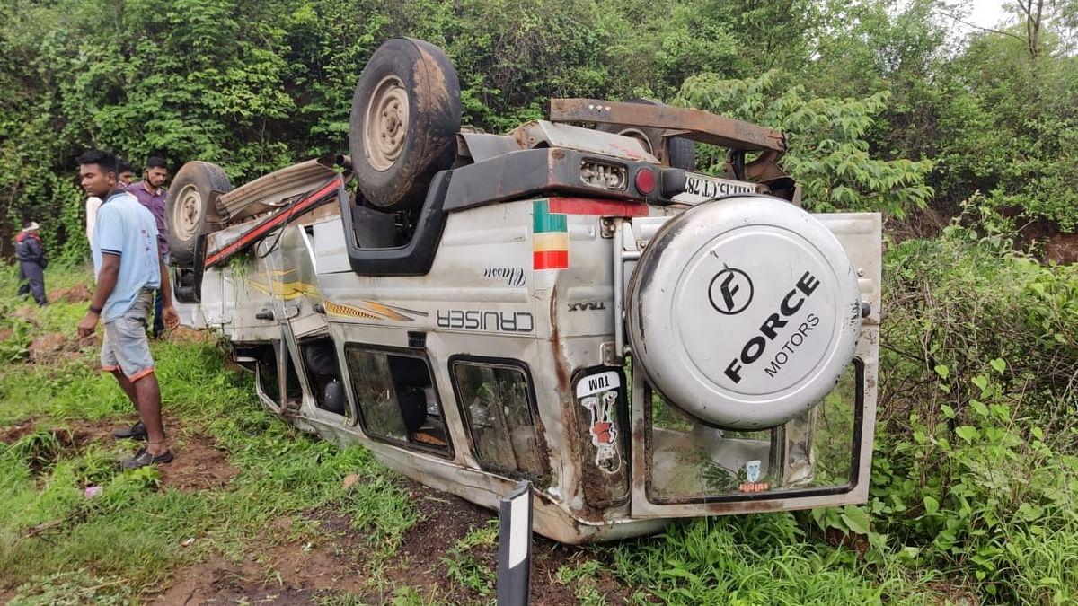 नाशिक- पेठ महामार्गावरील अपघातात १३ जखमी